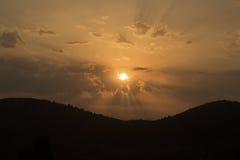Puesta del sol de oro sobre las montañas Imagenes de archivo