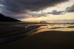 Puesta del sol de oro del verano hermoso sobre el Mar Negro con las ondas tranquilas y reflexión en la playa imagen de archivo libre de regalías