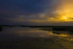 Puesta del sol de oro y azul Fotografía de archivo libre de regalías