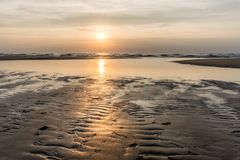 Puesta del sol de plata sobre el Mar del Norte imagenes de archivo