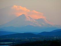 Puesta del sol de Shasta del soporte Foto de archivo