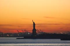 Puesta del sol de Smokey en el puerto de Nueva York Fotos de archivo libres de regalías