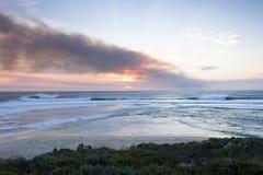 Puesta del sol de Smokey en la playa de Prevelly Foto de archivo