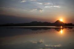 Puesta del sol de Smokey sobre las motas de Sutter en California septentrional Imagen de archivo libre de regalías