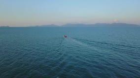 Puesta del sol de Tailandia y el barco en el horizonte almacen de video