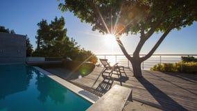 Puesta del sol de Timelapse en la cubierta 4K de la piscina metrajes