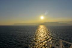Puesta del sol de un barco de cruceros de salida Foto de archivo
