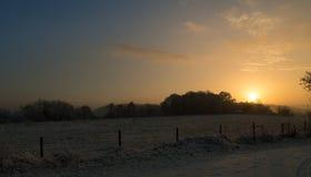 Puesta del sol de un día de invierno escarchado Imagen de archivo libre de regalías