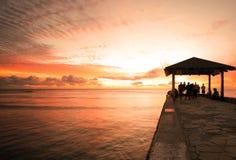 Puesta del sol de Waikiki del embarcadero del cemento Fotografía de archivo