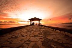 Puesta del sol de Waikiki del embarcadero del cemento Imágenes de archivo libres de regalías