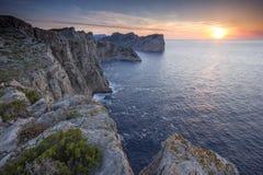 Puesta del sol de Watchig en los acantilados de Cap De Formentor Imagenes de archivo