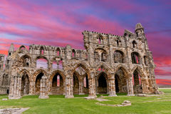 Puesta del sol de Whitby Abbey Ruins en Inglaterra Fotos de archivo