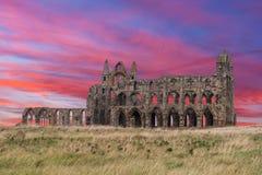 Puesta del sol de Whitby Abbey Ruins en Inglaterra Imágenes de archivo libres de regalías