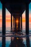 Puesta del sol debajo de Brighton Jetty Imágenes de archivo libres de regalías