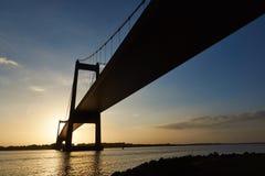 Puesta del sol debajo del puente de Lillebaelt en Dinamarca foto de archivo