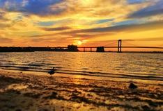 Puesta del sol debajo del puente de Manhattan en Nueva York fotografía de archivo