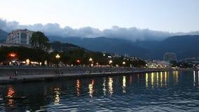 Puesta del sol del al del terraplén de Yalta almacen de metraje de vídeo