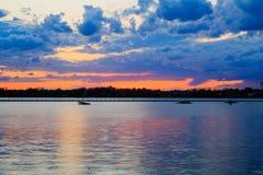 Puesta del sol del búfalo NY en la primavera que mira sobre el lago Erie del sistema del parque Foto de archivo