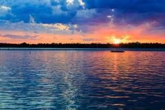 Puesta del sol del búfalo NY en la primavera que mira sobre el lago Erie del sistema del parque Fotografía de archivo libre de regalías