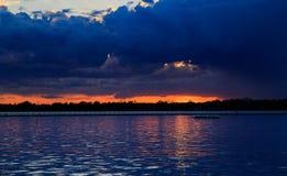 Puesta del sol del búfalo NY en la primavera que mira sobre el lago Erie del sistema del parque Imágenes de archivo libres de regalías