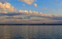 Puesta del sol del búfalo NY en la primavera que mira sobre el lago Erie del sistema del parque Imagenes de archivo