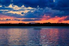 Puesta del sol del búfalo NY en la primavera que mira sobre el lago Erie del sistema del parque Imagen de archivo
