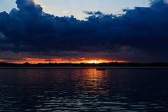 Puesta del sol del búfalo NY en la primavera que mira sobre el lago Erie del sistema del parque Fotos de archivo libres de regalías