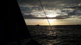 Puesta del sol del barco de navegación Fotos de archivo