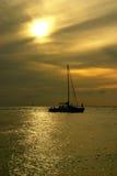 Puesta del sol del barco de vela Foto de archivo libre de regalías