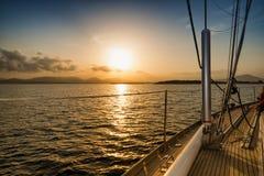 Puesta del sol del barco de vela Imagenes de archivo