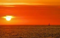 Puesta del sol del barco de vela Foto de archivo