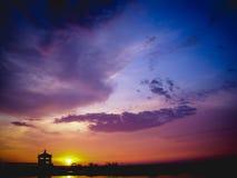 Puesta del sol del bosquejo y cielo colorido Foto de archivo libre de regalías