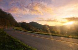 Puesta del sol del camino de la montaña Imagen de archivo libre de regalías