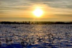 puesta del sol del campo de nieve Fotos de archivo libres de regalías