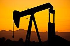 Puesta del sol del campo petrolífero Fotos de archivo