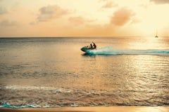Puesta del sol del Caribe del esquí del jet Foto de archivo