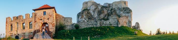 Puesta del sol del castillo de Rabsztyn en Polonia Foto de archivo libre de regalías