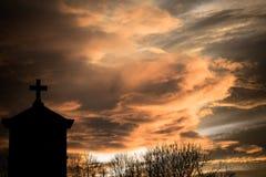 Puesta del sol del cementerio fotografía de archivo libre de regalías