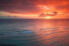 Puesta del sol del centro turístico de Waikiki Imagen de archivo