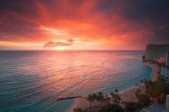 Puesta del sol del centro turístico de Waikiki Imágenes de archivo libres de regalías