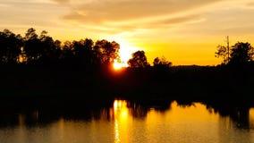 Puesta del sol del cielo con las nubes del oro Fotos de archivo libres de regalías