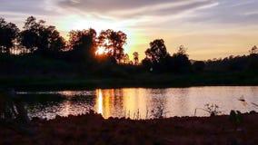Puesta del sol del cielo con las nubes del oro Imagen de archivo libre de regalías
