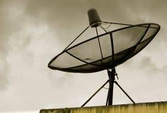Puesta del sol del cielo de la antena parabólica Imagenes de archivo