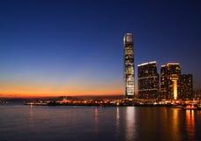 Puesta del sol del distrito y de Victoria Harbor culturales del oeste, Hong Kong de Kowloon Foto de archivo