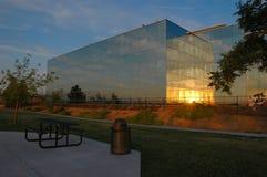 Puesta del sol del edificio de oficinas Fotografía de archivo libre de regalías