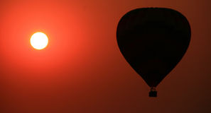 Puesta del sol del globo de aire caliente Fotografía de archivo