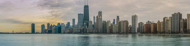Puesta del sol del horizonte de Chicago con el lago Michigan imagen de archivo