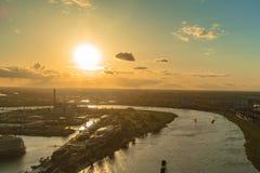 Puesta del sol del horizonte de Duesseldorf, Rhin Imagen de archivo