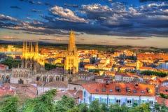 Puesta del sol del horizonte de la opinión aérea de Burgos con la catedral Imágenes de archivo libres de regalías