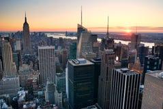 Puesta del sol del horizonte de New York City Manhattan Foto de archivo libre de regalías